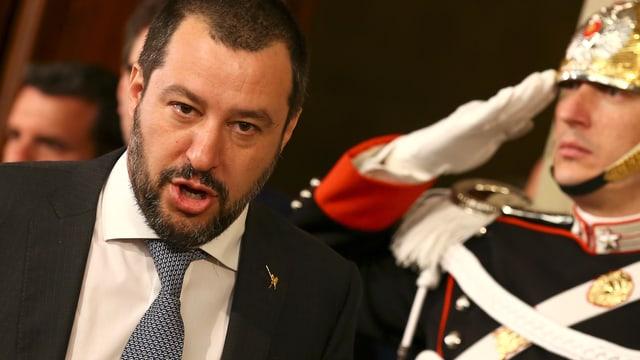 Salvini passiert einen Gardesoldaten.