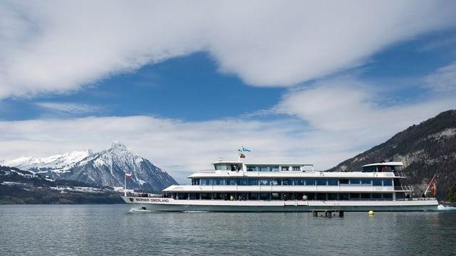 Das Passagierschiff «Berner Oberland» überquert den Thunersee.