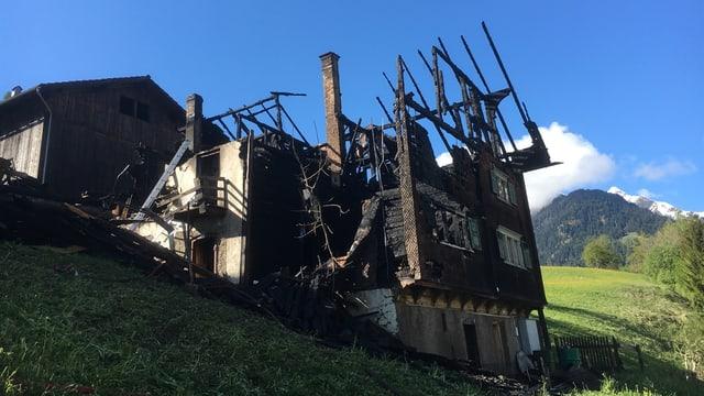 La ruina da la chasa la damaun suenter l'incendi.