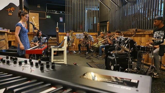 Prova da musica per il musical a Scuol - Cinzia Regensburger la dirigenta.