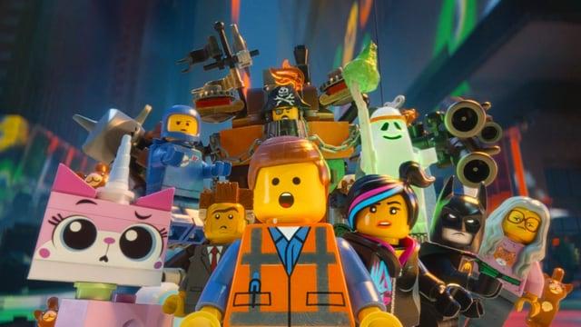 Verschiedene Legofiguren stehen versammelt zu einer Gruppe.
