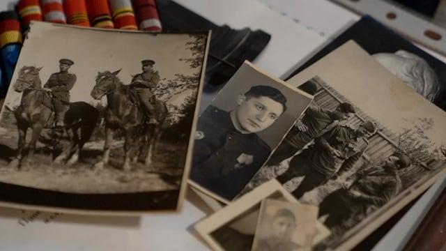 Mehrere Fotografien in schwarzweiss zeigen einen jungen Soldaten alleine und mit Kameraden.