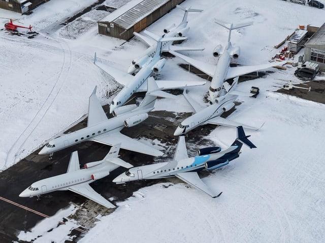Parkierte Flugzeuge am Flugplatz Altenrhein