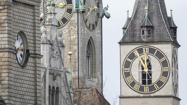 Die Zürcher Kirche St. Peter, deren Ziffernblatt 5 vor 12 zeigt.