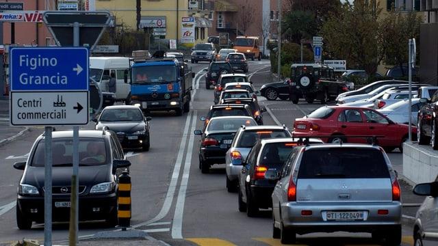 Autokolonne auf einer Tessiner Hauptstrasse.