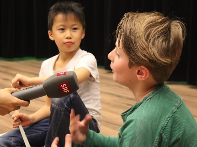 Kind wird interviewt
