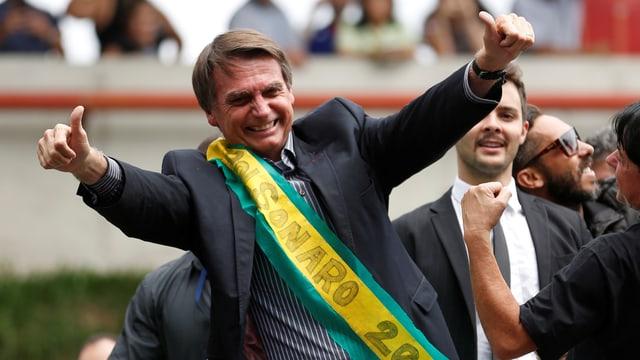 Bolsonaro mit erhobenen Daumen auf Wahlkampftour.