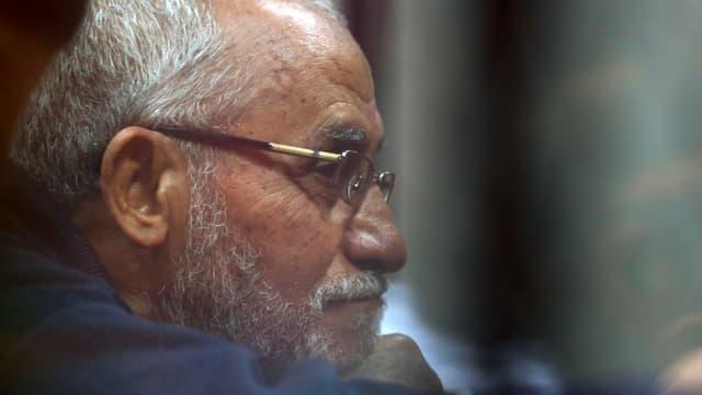 Bärtiger Mann mit Brille stützt seinen Kopf auf seinem Arm ab.