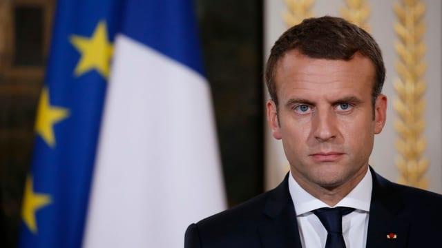 Purtret dad Emmanuel Macron che guarda serius.