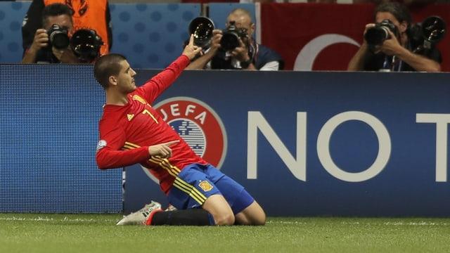 Alvaro Morata lässt sich auf den Knien rutschend vom Publikum feiern.