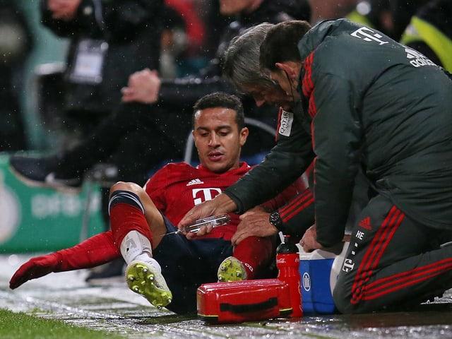 Thiago Alcantara wird behandelt