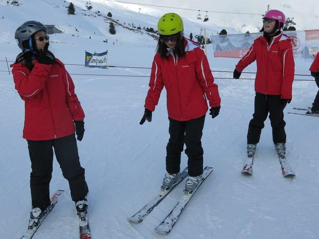 Jugendliche auf Skis.