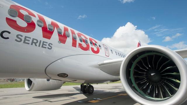 Ein Flugzeug mit Turbine und Swiss-Schriftzug in Nahaufnahme.