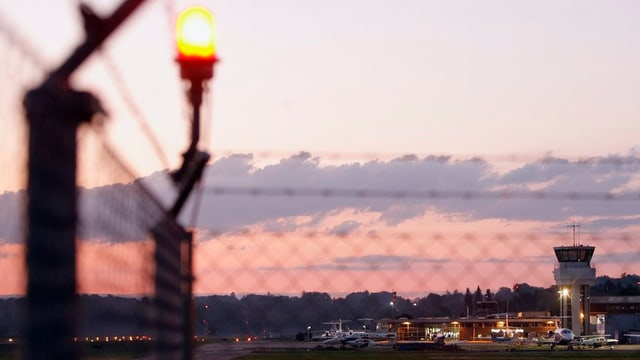 Flughafen Bern-Belp bei Sonnenuntergang.