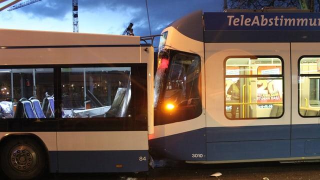 Cobra rammte Trolley: Zwei Personen wurden verletzt.