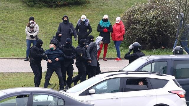 Demonstranten werden abtransportiert