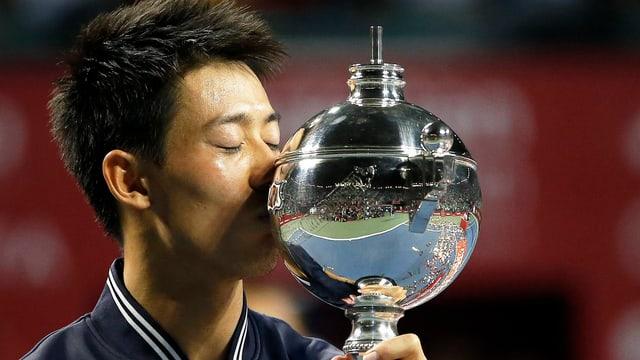 Kei Nishikori küsst den Tokio-Pokal.