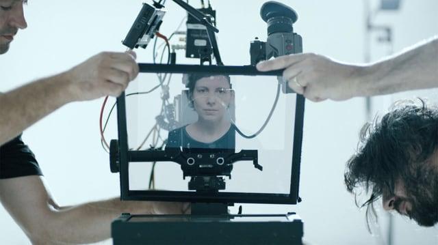 Frau in der Spiegelung einer Kamera