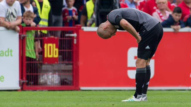 Arjen Robben verletzt in gebückter Haltung.