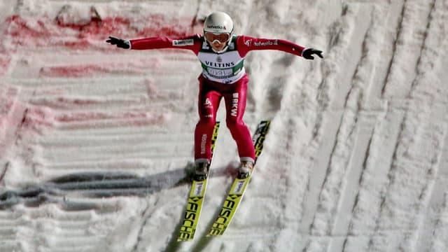 Simon Ammann setzt in Klingenthal zur Landung an.