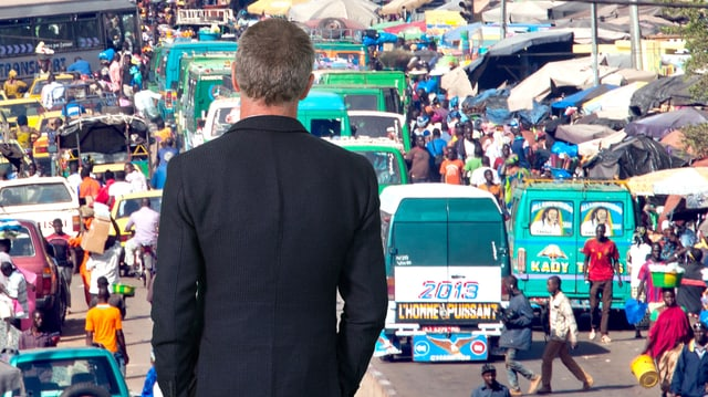 Christoph Keller betrachtet eine Strassenszene in Malis Hauptstadt Bamako.