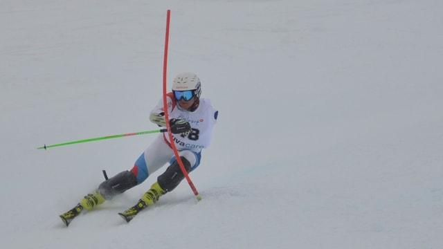 Alpin-Skifahrer mit fehlendem Arm