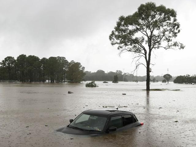 Auto das unter Wasser steht