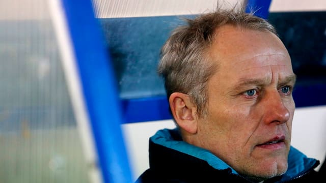 Freiburgs Trainer Christian Streich muss sein Team aus dem Tabellenkeller führen.