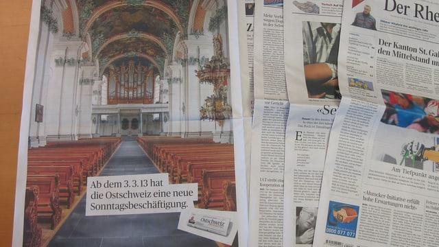 Eine Zeitung aufgefächert, mit dem Werbeinserat der leeren Kirche