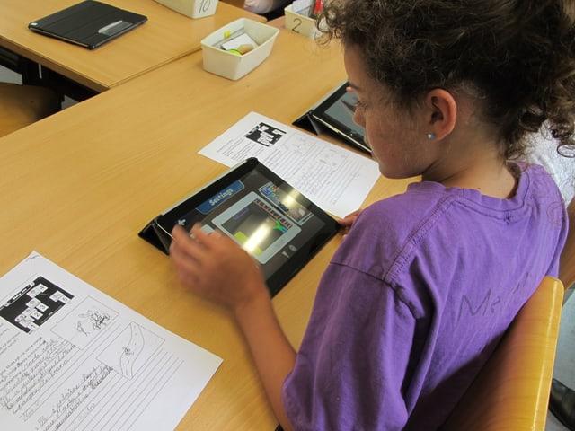 Schülerin an iPad