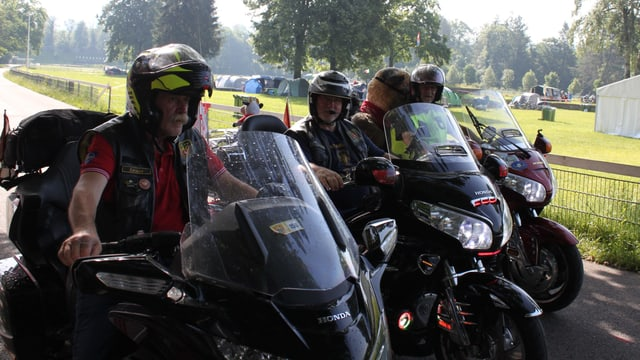 Drei Männer auf je einem Motorrad