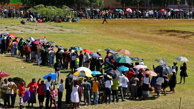 Zehntausende Südafrikaner warten geduldig, um sich von ihrem Nationalhelden zu verabschieden.