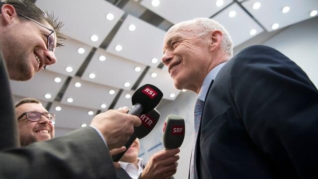 Ueli Maurer cun microfons e schurnalists.