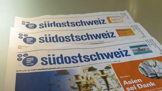 Drei Zeitungen, aufeinandergestapelt.