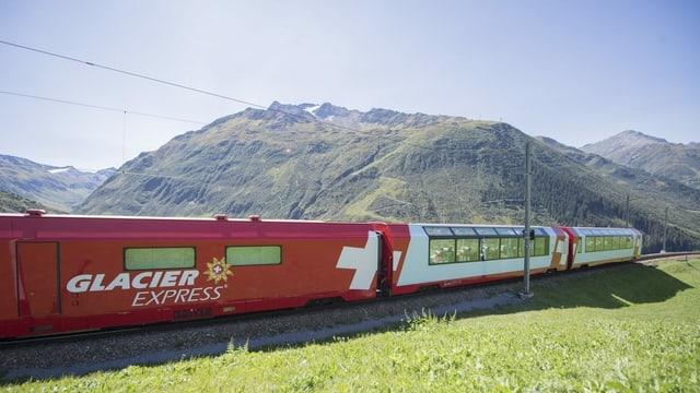 Glacier Express vor Bergpanorama