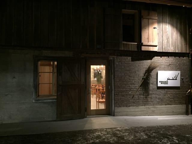 Die «Hirschenbühne» von aussen - mit der Eingangstüre.