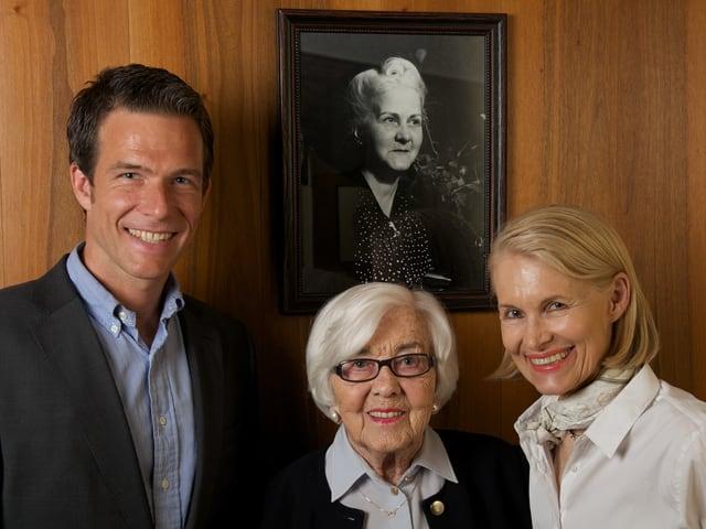 Patrick Kuster, Irène Truninger und Brigitte Kuster vor dem Bild der Gründerin Lina Schärer.
