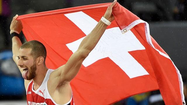 Kariem Hussein mit wehender Schweizer Fahne über dem Kopf.