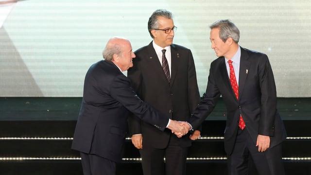 Chung Mong-Joon begrüsst Joseph S. Blatter.