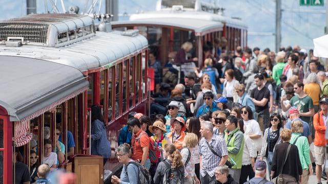 Touristen warten auf die Rigi-Bahn.Viele Touristen.
