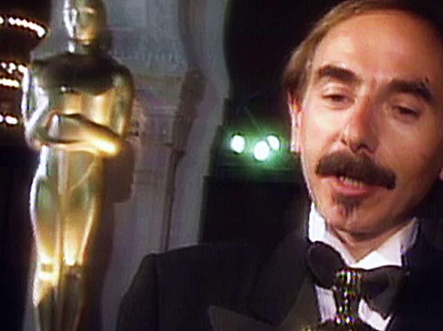 Mann vor Oscar-Statue