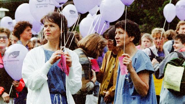 Eine Gruppe junger Frauen am Frauenstreiktag 1991