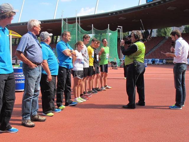 Sportstudenten lauschen den Anweisungen für den Probelauf am «Weltklasse Zürich»