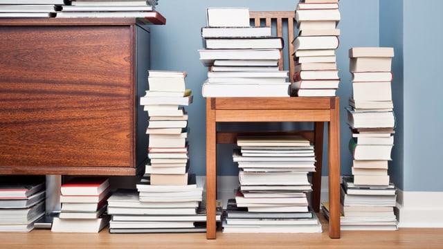 Verschiedene Stapel an Büchern.