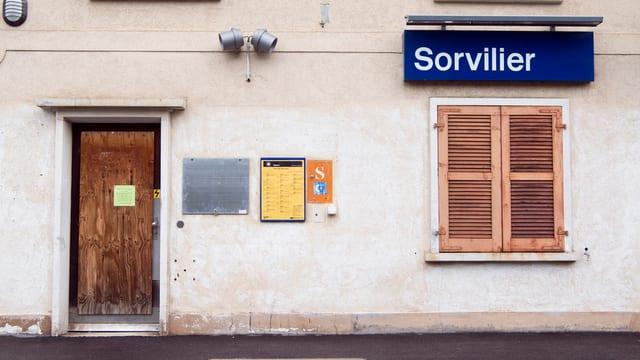 Hausfassade in Sorvilier mit Ortsschild.