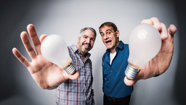Krispin Zimmermann und Thomy Scherrer halten Glühbirnen in die Kamera.