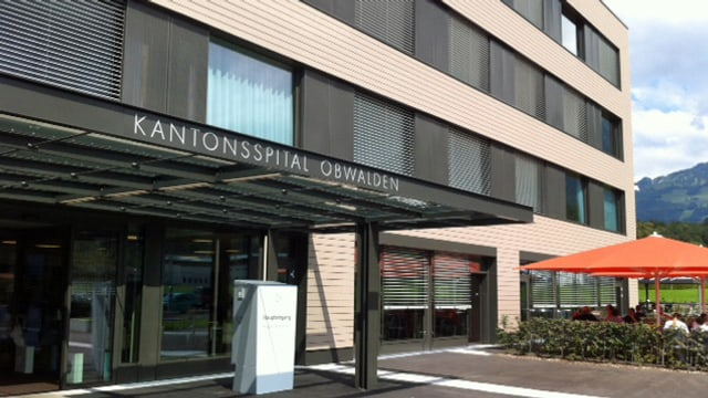 Der Eingang des Kantonsspitals Obwalden in Sarnen.