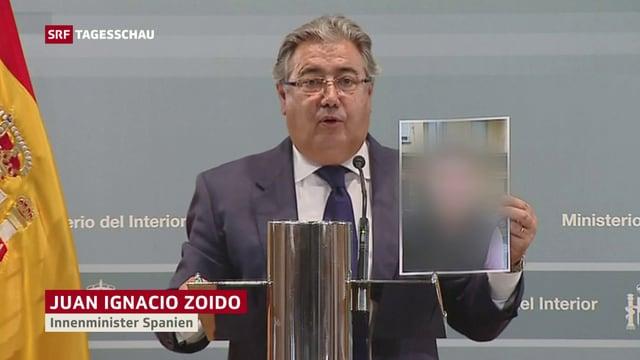 Der spannische Innenminister Juan Ignacio Zoido zeigt ein Bild des Attenttäters von Barcelona