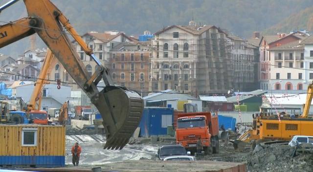 Bagger auf Baustelle in Sotschi