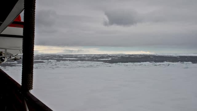 Blick auf eine ausgebrochene Meereisfläche.